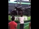 Погрузка мотоцикла по индийски,на голове.
