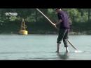Китаец ежедневно плавает на работу на бамбуковой палке