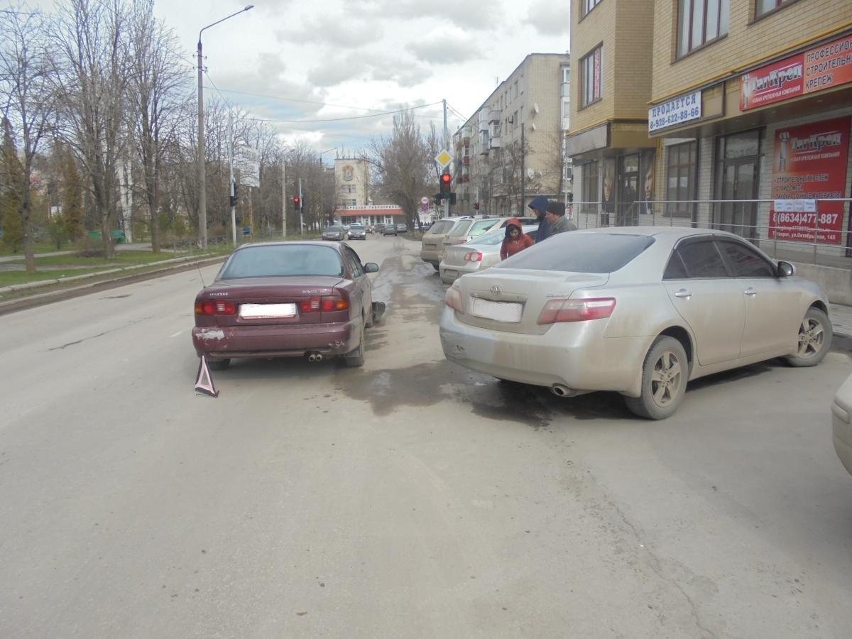 Автоледи на Hyundai Sonata столкнулась с Toyota Camry