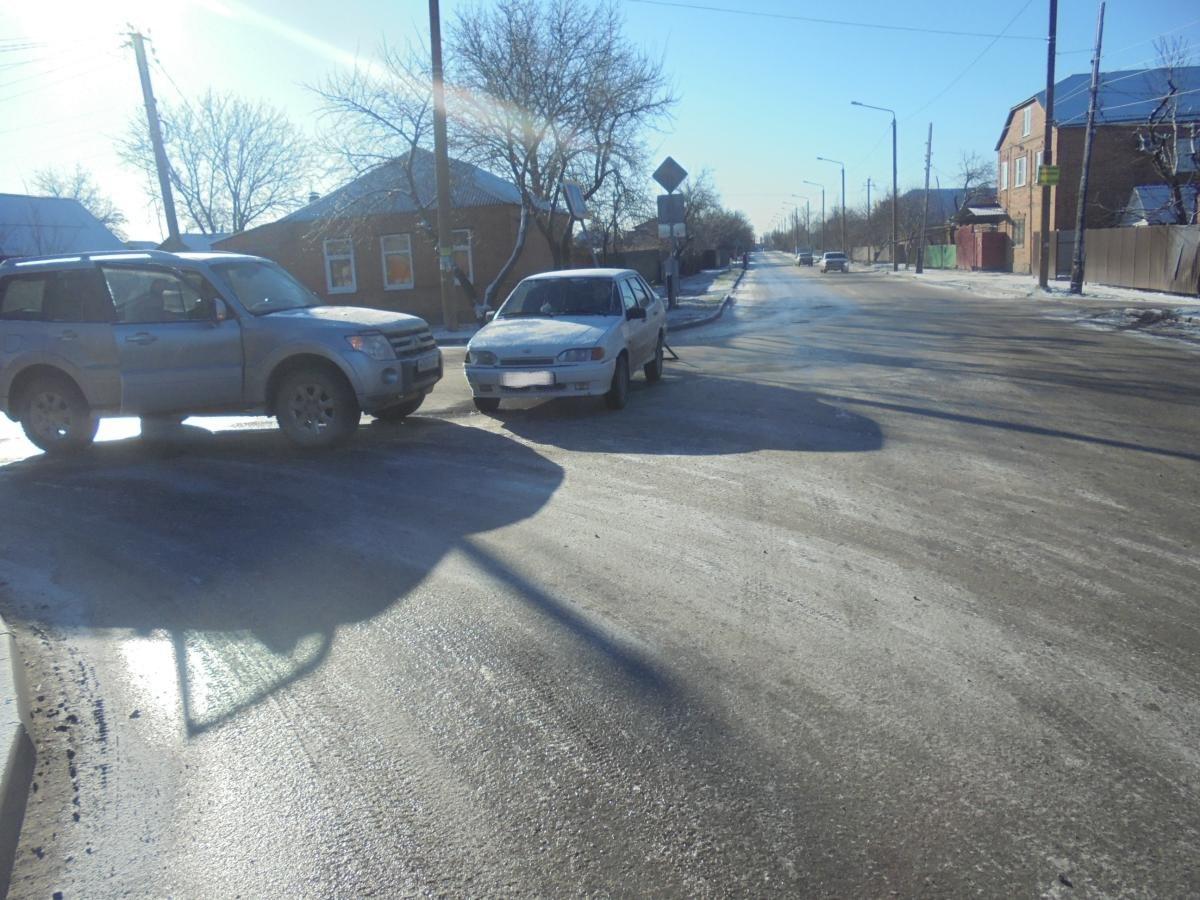 В Таганроге в ДТП попали «ВАЗ-211540» и Mitsubishi Pajero