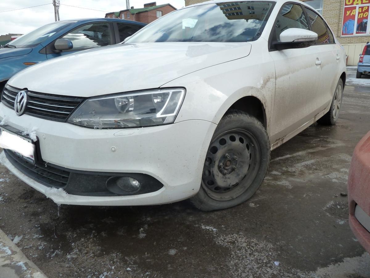 В Таганроге  автомобиль Volkswagen Jetta попал в глубокую яму и получил мех.повреждение