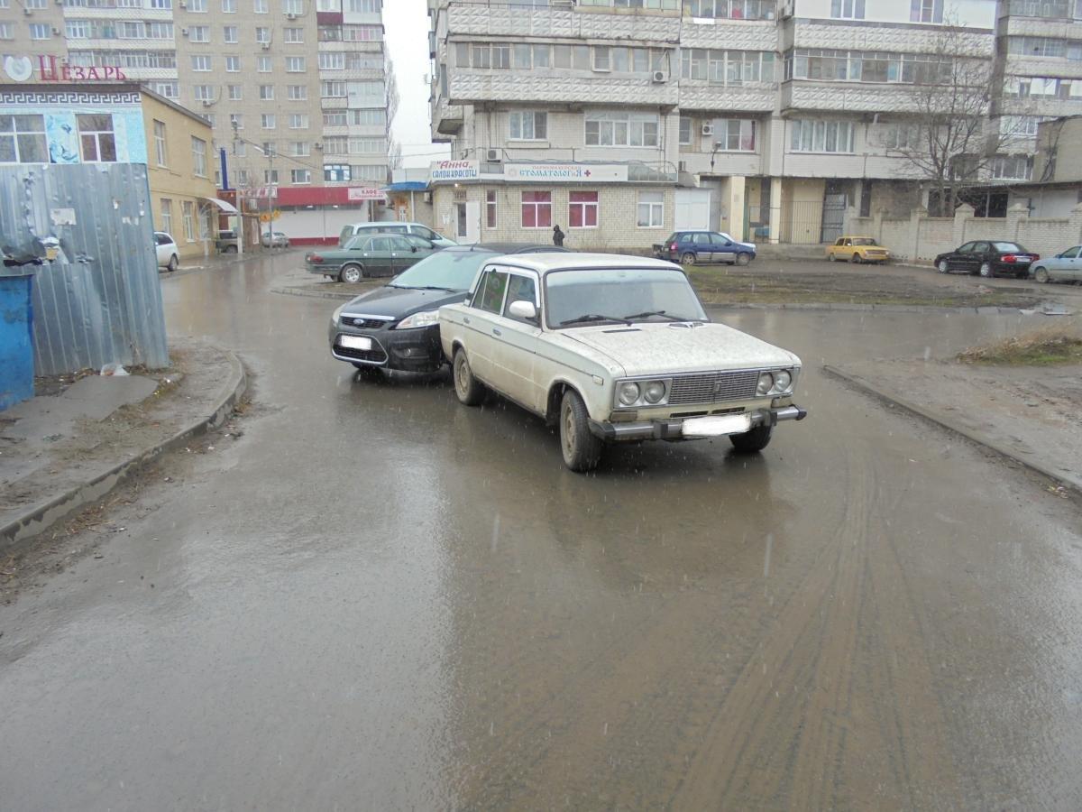 Сегодня утром в Таганроге столкнулись «ВАЗ-2106» и Ford Focus