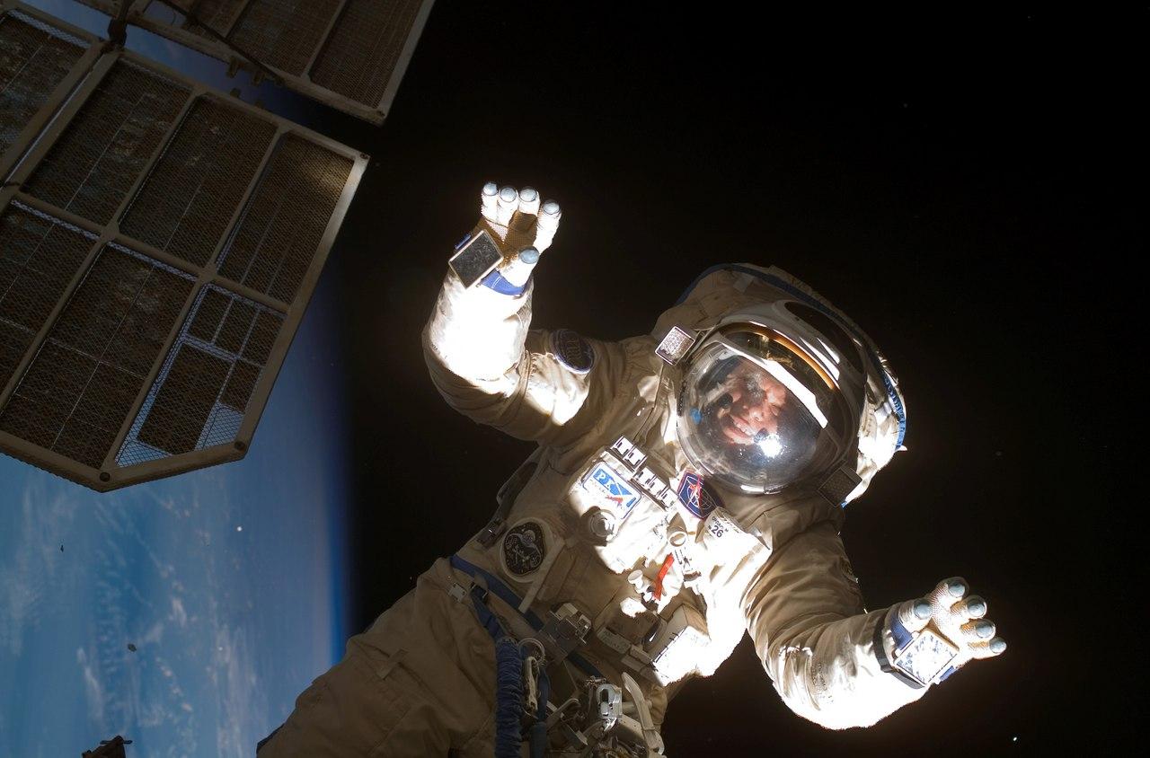 Человек без скафандра в открытом космосе фото