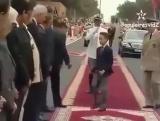 Наследный принц Марокко Мулай Хассан не дает поцеловать себя в руку
