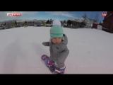 Годовалая малышка из США впервые покоряет склон на сноуборде