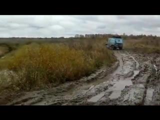 Крошечный внедорожник ЛуАЗ-969 продемонстрировал отличную проходимость и прошел там, где застряли остальные