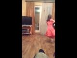 Доча танцует папе с мамой.
