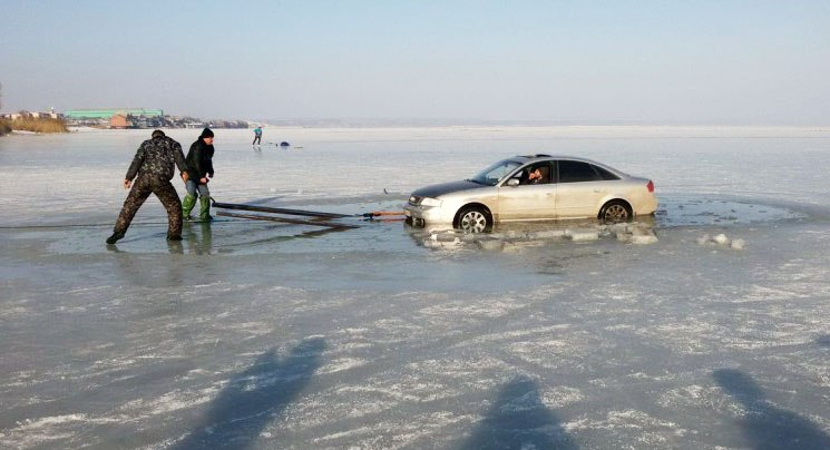 В Таганроге Audi провалилась под лед