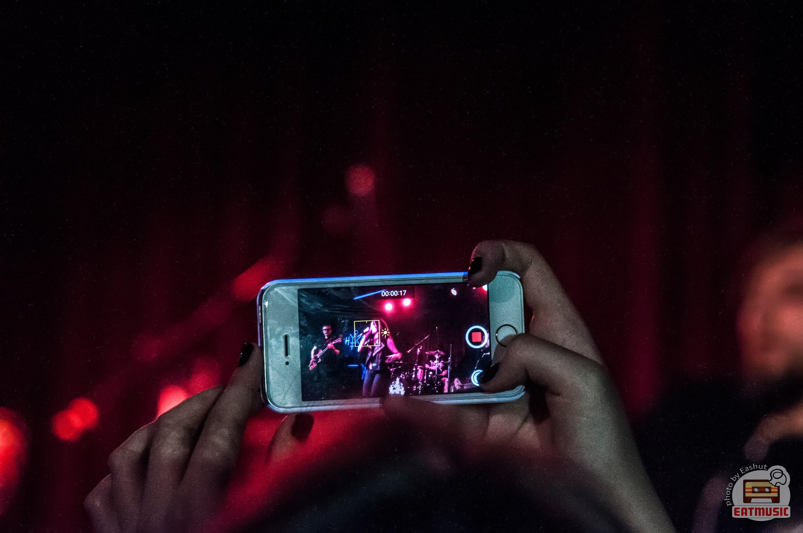 Apple будет блокировать телефоны зрителей на концертах
