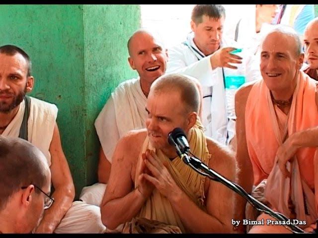 Aindra Dasa - exclusive video. Kirtan at Radha Kunda.12.10.2008 part3
