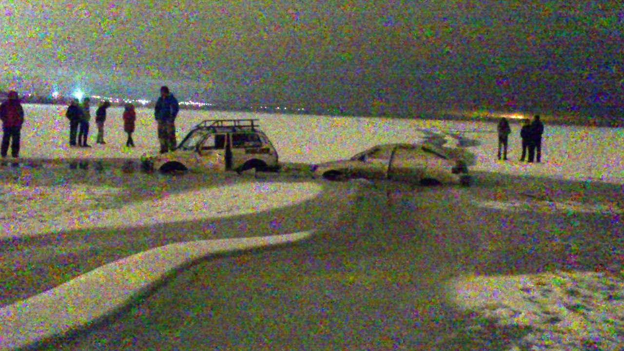 В Таганроге провалились под лед «двенадцатая» и «Нива, пытавшаяся вытащить первую