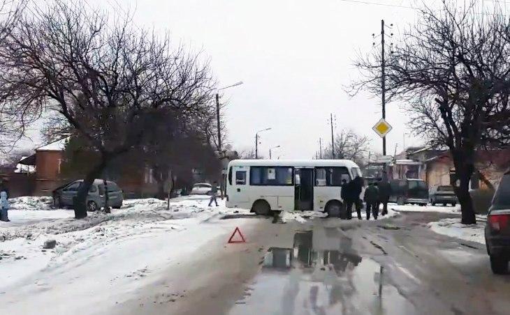 В Таганроге на Северном маршрутка №74 попала в ДТП. ВИДЕО