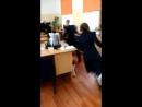 Бешанная девочка в моём классе гоняется за мальчиком
