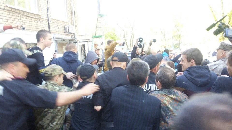 """Активисты облили краской приемную телеканала """"Украина"""". Полиция открыла уголовное дело - Цензор.НЕТ 1502"""