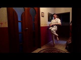 Кихон каратэ. Удар коленом вперёд, удар ногой в пах и удар ногой в живот. Все удары- прямые.