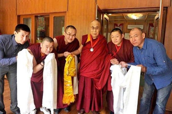 Буддисты из Бурятии вручили медаль Далай-ламе