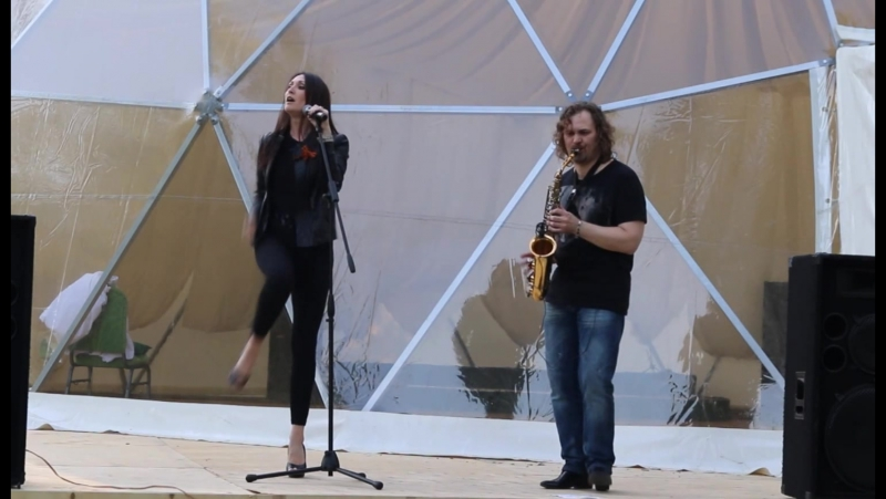 Татьяна Лихачева и саксофонист Яков Зиновьев Концерт в минигольф клубе 9 мая 2016