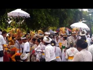 Шествие верующих с подношениями перед службой в храме Летучей мышии