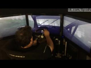 Профессиональный ралли-гонщик играет в симулятор