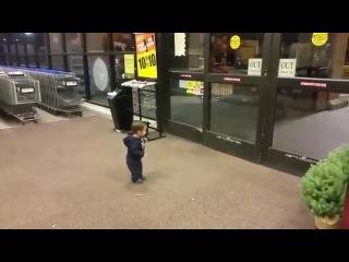 Реакция ребёнка на автоматические раздвижные двери