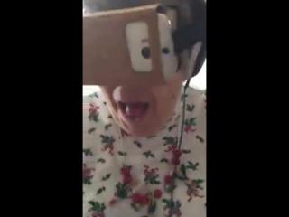 Бабушка надела очки виртуальной реальности
