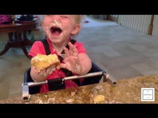 Малышка радуется кексу. Бесценная реакция!)