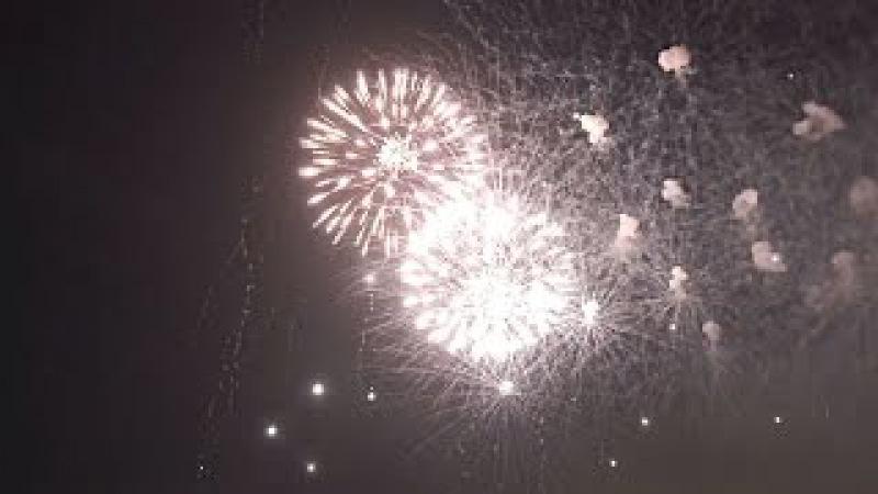Celebrando l' Anno Nuovo 2016 Esplosione fuochi d'artificio e petardi in FULL HD