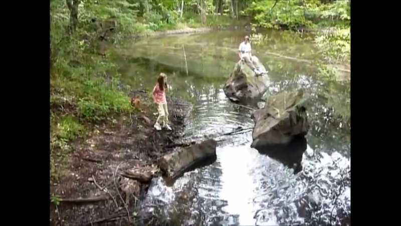 Дети лазиют по камням