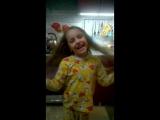 Смех милой девочки