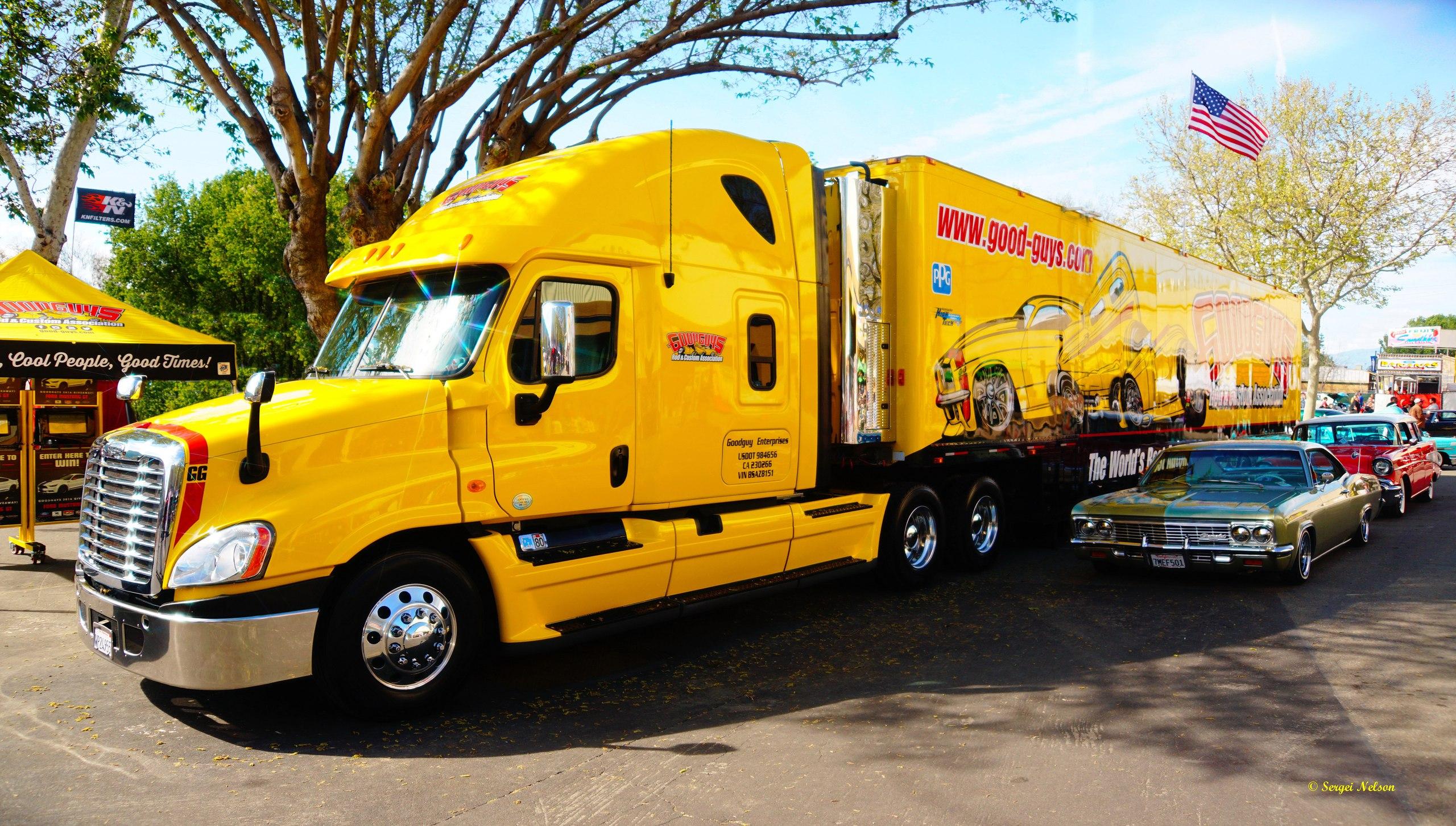 желтый грузовик в США