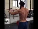 Упражнения на спину с резиновыми петлями.