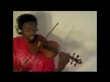 Парень играет на скрипке мелодии из известных песен