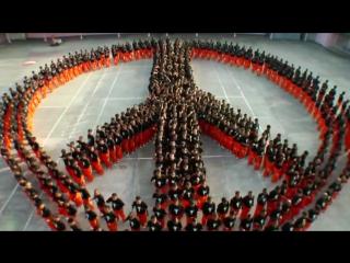 1500 филиппинских заключенных строгого режима танцуют в память о Майкле Джексоне.