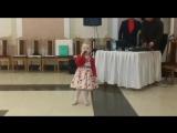 Дочка Маша поёт песню папе Серёже