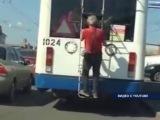 В Уфе пенсионер проехался пару остановок, зацепившись за троллейбус
