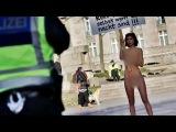 Обнаженная художница устроила акцию протеста в Кельне