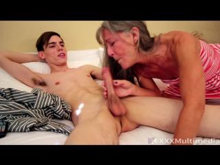 Порно мамаша помогает кончить