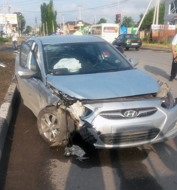 Сегодня утром в Таганроге столкнулись Hyundai Solaris и Hyundai Tiburon
