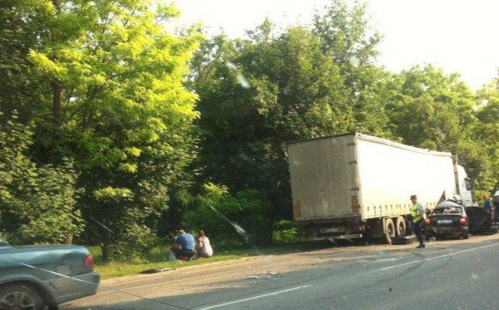 На восточном подъезде к Таганрогу при столкновении с фурой погиб водитель Hyundai Accent, 3-е пострадавших. ВИДЕО