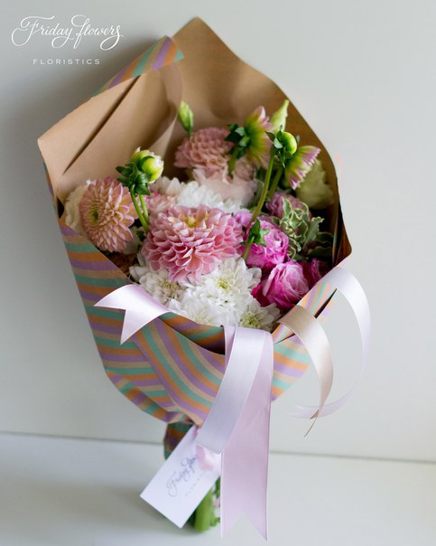 Букет №30, 3800 руб. Состав: дахлия, эустомы, хризантемы, кустовые пионовидные розы Леди Бомбастик, питоспорум.