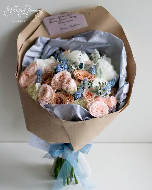 Букет №13, 5700 руб. Состав: пионы, кустовые пионовидные розы Бомбастик, розы Капучино, диантус, мускари, стахис, сенеция.