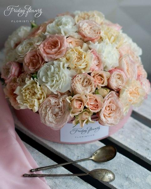 Цветочный тортик №18, 6600 руб. Размер М (диаметр 22 см) Состав: пионовидные розы Мадам Бомбастик, кустовые розы Свит Сара, диантус (два вида).