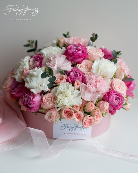 Цветочный тортик №16, 6100 руб. Размер М (диаметр 22 см) Состав: кустовые пионовидные розы Леди Бомбастик, кустовые розы Лидия, диантус (два вида), эвкалипт.