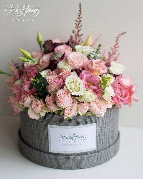 Цветочный тортик №15, 6900 руб. Размер М (диаметр 22 см)  Состав: кустовые пионовидные розы Бомбастик, эустомы, кустовые розы Сноуфлейк, астильба, астранция, эвкалипт.