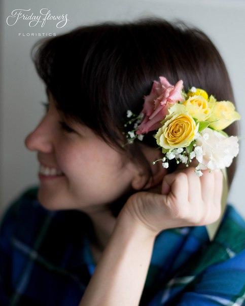 Цветочная заколка, 500 руб. Состав: эустомы, кустовые розы Салинеро, гипсофила, краспедия.