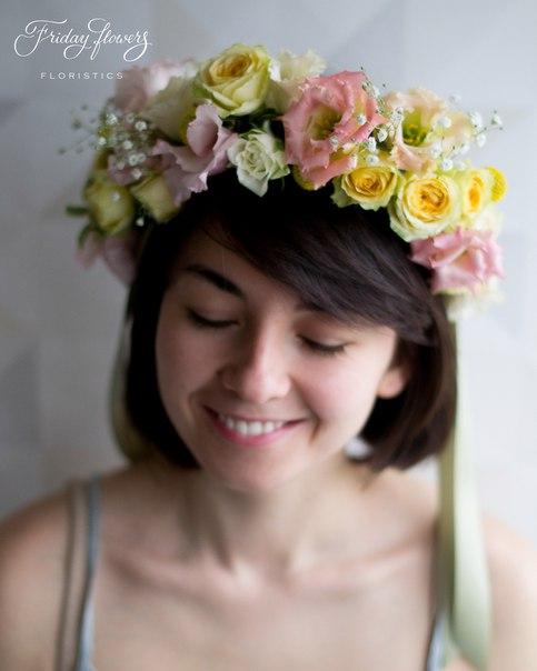 Цветочный венок, 3500 руб. Состав: эустомы, кустовые розы Салинеро, кустовые розы Сноуфлейк, гипсофила, краспедия.