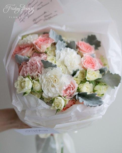 Букет №49, 4000 руб. Состав: кустовые розы Свит Сара, кустовые розы Сноуфлейк, диантус (два вида), сенеция.