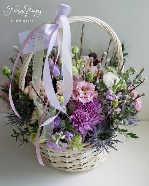 Цветочная корзина №29, 5100 руб. Состав: кустовые пионовидные розы Бомбастик, эустомы, матиолла, эрингиум, диантус, эвкалипт, верба, астранция.