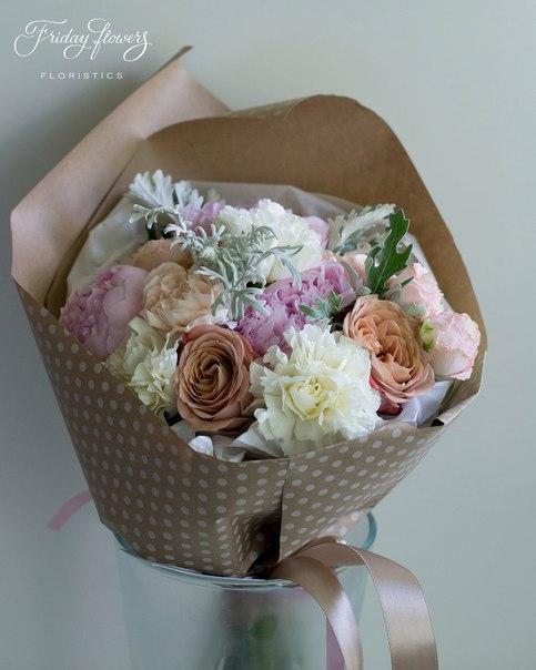 Букет №59, 4000 руб. Состав: пионы, розы капучино, диантус, кустовые пионовидные розы Бомбастик, сенеция.