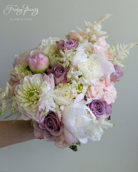 Букет №14, 7000 руб. Состав: дахлия, пионы, розы Мемори Лейн, кустовые пионовидные розы Бомбастик, диантус, астильба.